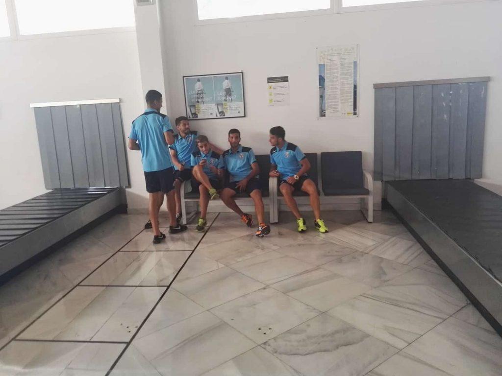 Algunos de los jugadores, esperando la salida de su equipaje