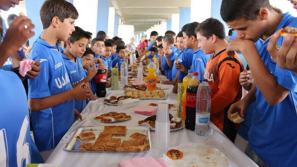 Algunos alumnos de la escuela, en la merendola organizado en el estadio azulino